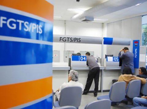 A Caixa Econômica Federal antecipa o calendário para saques de até 500 reais do FGTS