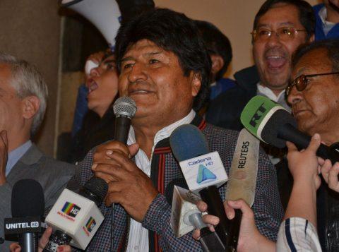 Evo Morales aparece em segundo na metade da apuração dos votos na Bolívia