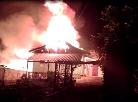 Crianças conseguem fugir pela janela de casa que pegava fogo em Santa Catarina. Mãe é suspeita e foi presa