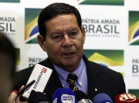 Exército vai reforçar ações em praias atingidas por óleo, diz o general Hamilton Mourão, presidente em exercício