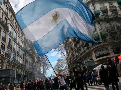 Argentinos vão às urnas no domingo com o pior cenário econômico e social em dez anos