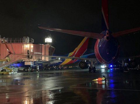 Vendaval faz um Boeing 737 colidir contra a ponte de embarque em Boston