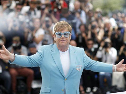 Elton John expõe seu lado obscuro em autobiografia