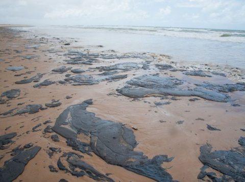 A Marinha do Brasil investiga cerca de 30 navios para descobrir a origem do óleo derramado no Nordeste