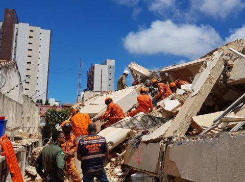 Bombeiros localizam oitavo corpo em escombros de prédio que desabou em Fortaleza