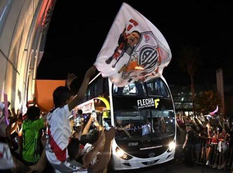 """River Plate tem escolta """"cinematográfica"""" no estádio do Boca Juniors, na semifinal da Libertadores"""