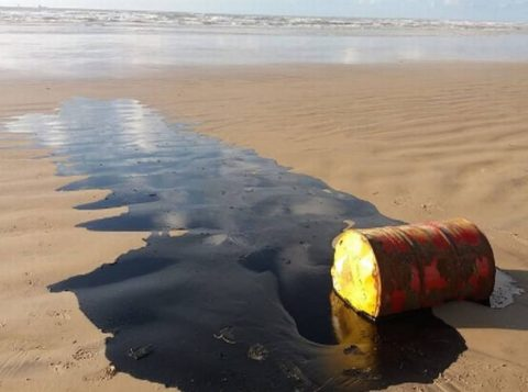 A Marinha do Brasil informa que já retirou 900 toneladas de óleo em praias no Nordeste