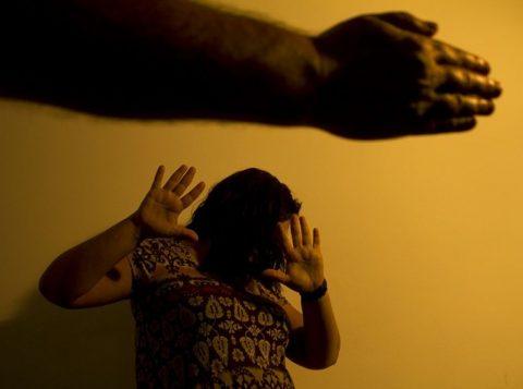 O Brasil tem uma denúncia de violência contra mulher a cada seis minutos