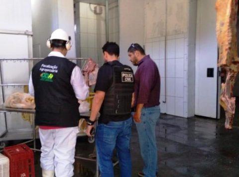Frigoríficos suspeitos de comercializar carne sem condições de consumo são interditados no Rio Grande do Sul