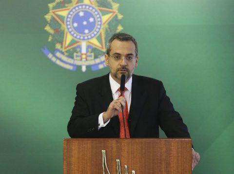 O ministro da Educação elogia a monarquia e provoca feministas no aniversário da República