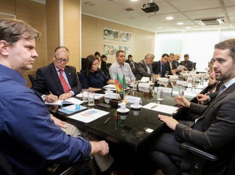 Governador Eduardo Leite entrega relatório de plano de trabalho de fiscalização das barragens ao ministro do Desenvolvimento Regional