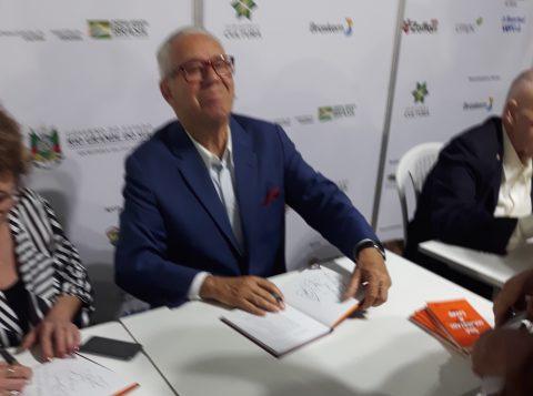 Luiz Coronel lança mais uma obra na Feira do Livro de Porto Alegre