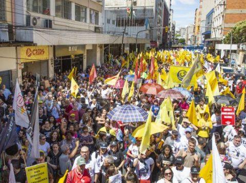 Professores estaduais em greve protestaram em frente à sede da Federasul durante palestra do governador gaúcho