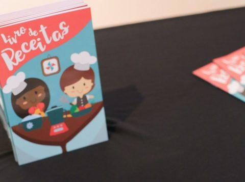 Crianças atendidas pela Fasc autografam na Feira do Livro