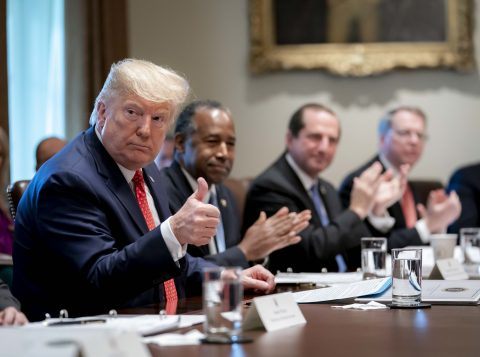 Estados Unidos vão elevar tarifas se não fecharem acordo com a China, diz Trump