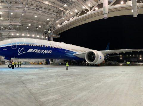 Na fábrica da Boeing, robôs decepcionam e humanos são chamados para a montagem de avião