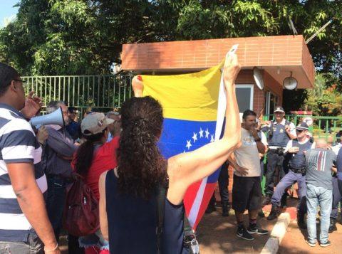 """Governo diz que Bolsonaro """"jamais incentivou invasão"""" da embaixada da Venezuela em Brasília"""