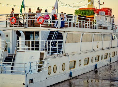 Passeios de Happy Hour do Barco Cisne Branco são opção para o final de semana em Porto Alegre