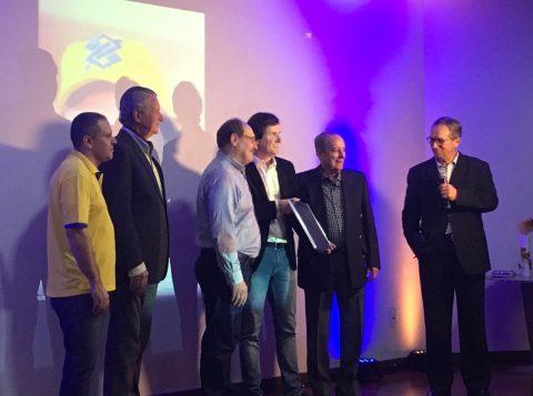 Em despedida do Banco do Brasil, Edson Bündchen é agraciado por Paulo Sérgio Pinto