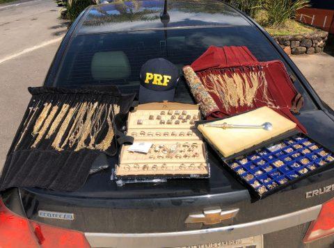 Polícia Rodoviária Federal apreende joias de ouro avaliadas em quase 200 mil reais na BR-470