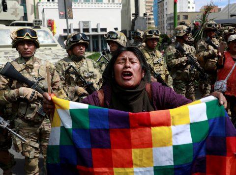 Bolivianos fazem fila por frango, ovos e combustível em razão de bloqueios nas estradas