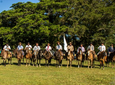Cavaleiros da Paz realizam cavalgada histórica e cultural na região de Santana do Livramento