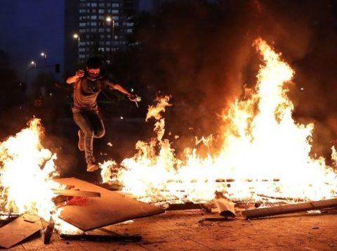 Mais um dia de protestos no Chile termina com quase 850 detidos e 46 feridos
