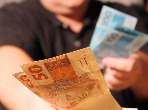 Quase 90% dos brasileiros pretendem usar o 13º salário para quitar dívidas
