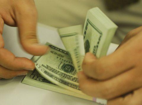 Dólar fecha em queda após se aproximar de 4 reais e 22 centavos
