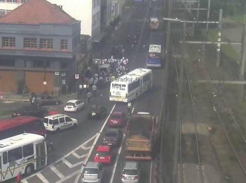 Rodoviários protestam contra projeto que pode retirar os cobradores dos ônibus de Porto Alegre