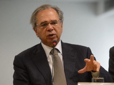 """""""Não vamos soltar a indústria estrangeira em cima da nacional"""", diz o ministro da Economia a parlamentares"""