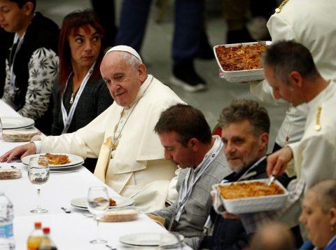 Papa almoça com 1,5 mil moradores de rua no Dia Mundial dos Pobres