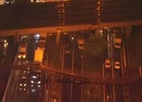 Passarela desaba, atinge veículos e trava trânsito na Marginal Tietê em São Paulo