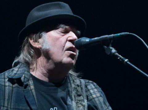 O astro Neil Young enfrenta atraso no seu pedido de cidadania dos EUA devido ao uso de maconha
