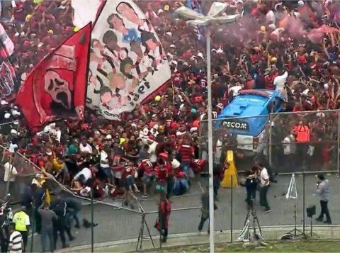 Multidão derruba grade na chegada do ônibus do Flamengo no aeroporto do Rio
