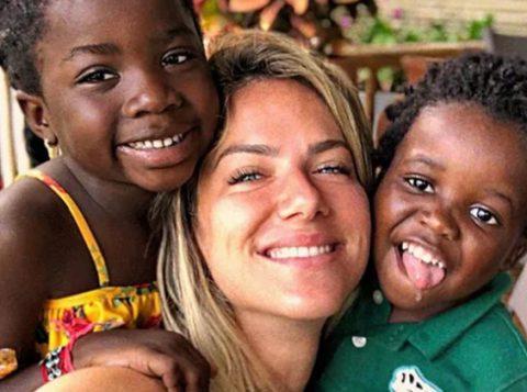 Mãe de duas crianças negras, a atriz e apresentadora Giovanna Ewbank chora ao pensar que elas possam sofrer discriminação
