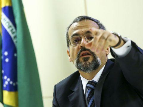O Ministro da Educação cria uma crise com os generais por causa do ataque a Deodoro da Fonseca no dia da República